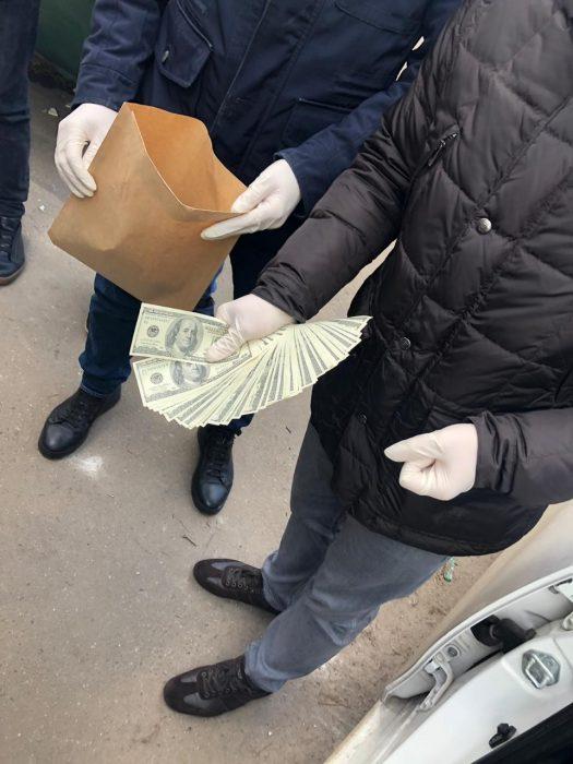 На Харьковщине задержали двух полицейских на взятке в семь тысяч долларов