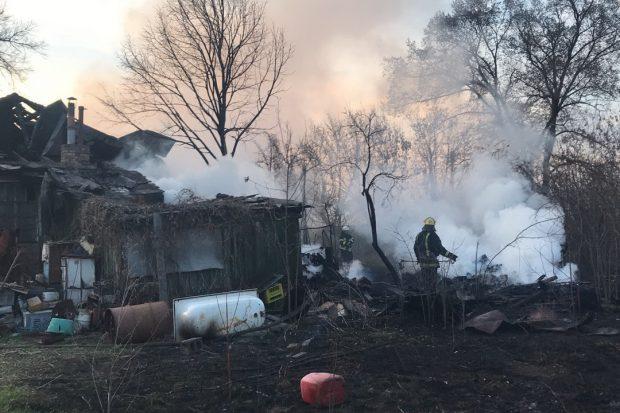 В Харькове сжигание мусора привело к пожару в заброшенном частном доме
