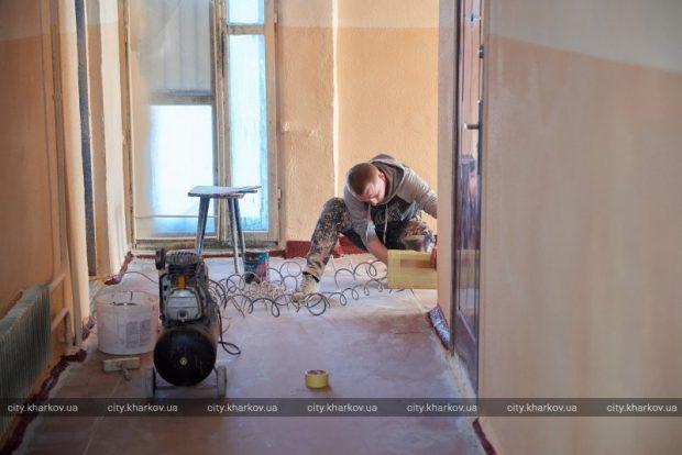 В Харькове продолжается ремонт подъездов в жилых домах