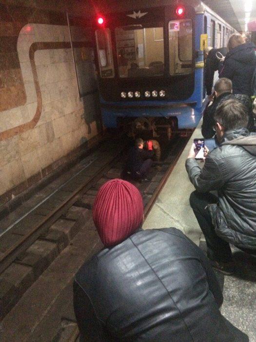 В харьковском метро во время движения поезда на рельсы упал мужчина