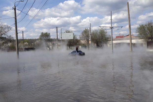 Кипяток на улице Харькова: спасатели помогли выбраться из затопленного автомобиля двум мужчинам