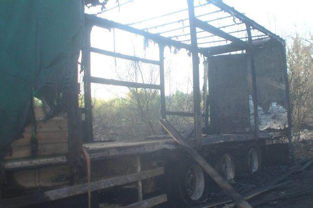 В Харькове в результате выжигания сухой травы огонь уничтожил полуприцеп
