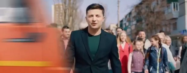 У Порошенко опубликовали ролик, где фура сбивает Зеленского