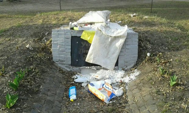 В Харькове забросали мусором памятный знак УПА