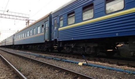 Подросток, который цеплялся за поезд и получил тяжелые травмы, умер в больнице Харьковской области