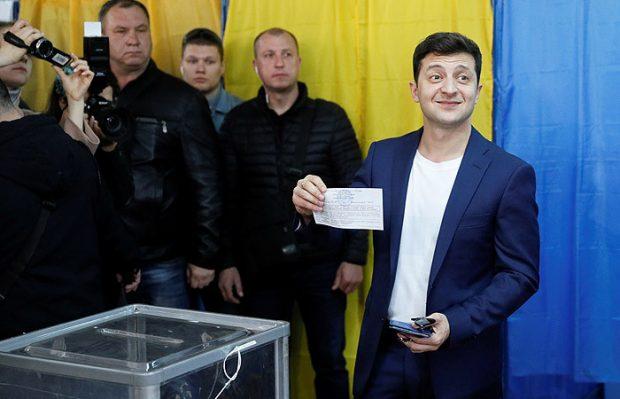 Порошенко поздравил Зеленского с победой