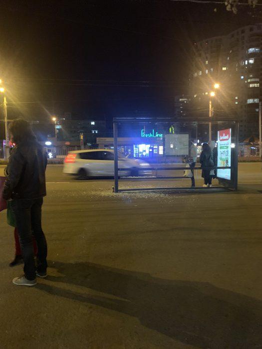В центре Харькова внедорожник въехал в остановку