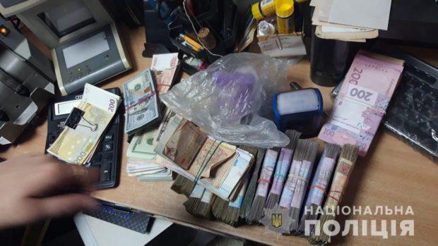 На Харьковщине через пункты обмена сбывались фальшивые деньги