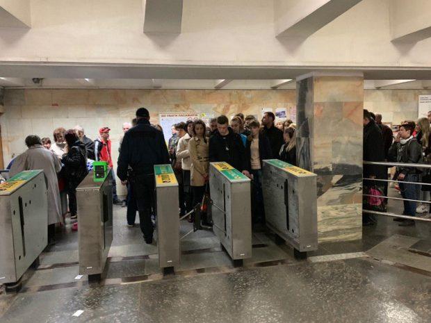В метро на ХТЗ образовались очереди из-за сломанного турникета