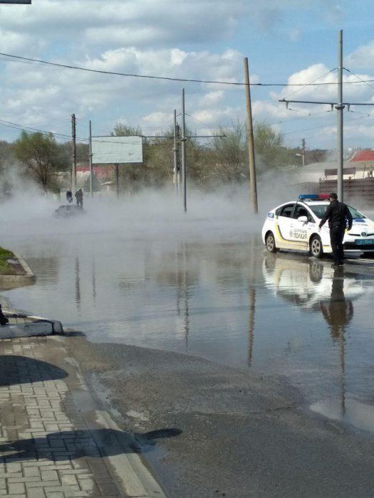 В Харькове из-за порыва теплосети улицу залило кипятком