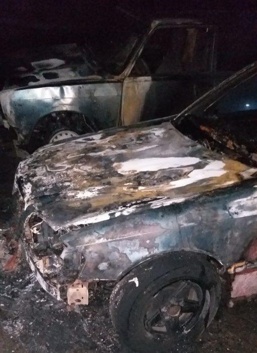 В Харькове во дворе 16-этажки горели три автомобиля