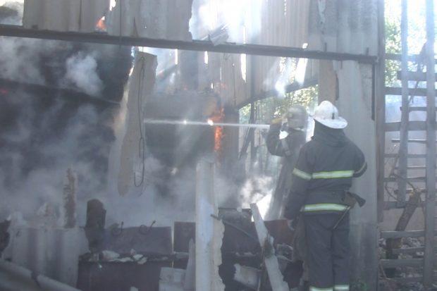 В Харькове пожар на мебельном складе тушили около суток