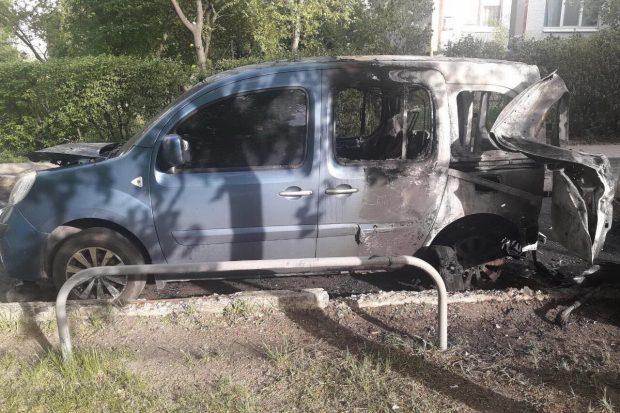 На Алексеевке во дворе многоэтажки сгорели два автомобиля