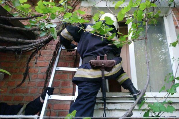 Под Харьковом спасатели спасли мужчину и предотвратили взрыв газа в жилом доме