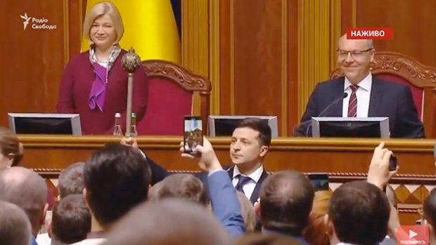 Зеленский принес присягу президента и заявив, что распускает Верховную Раду