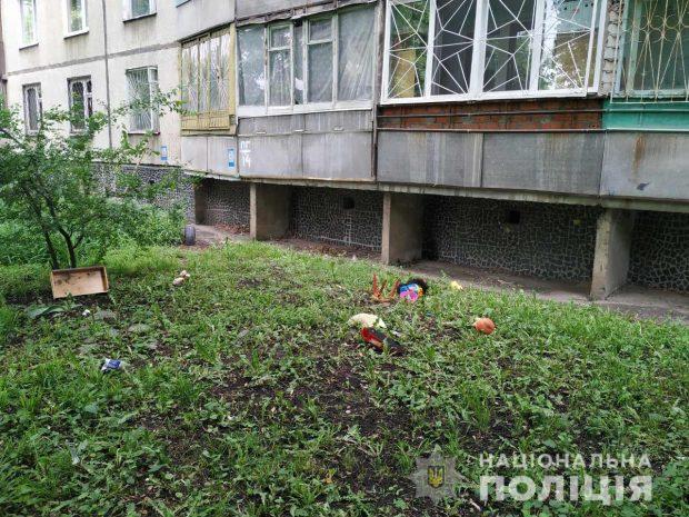 Ребенка, который выпал из окна на Салтовке, спас прохожий