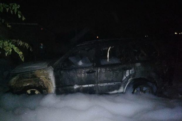 В Харькове во дворе жилого дома сгорела Toyota Land Cruiser Prado