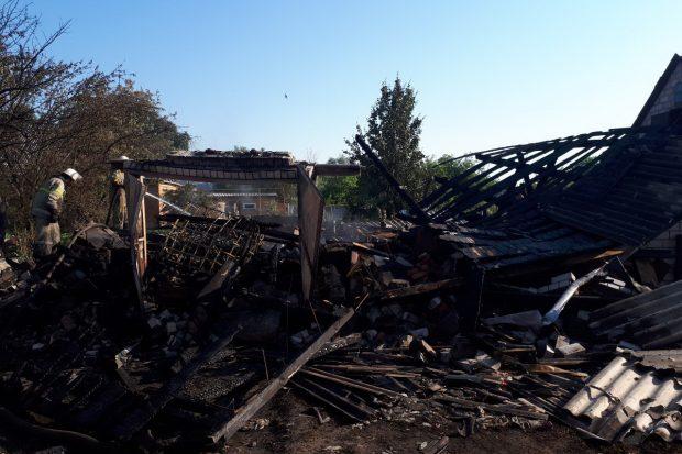 Под Харьковом во дворе частного дома загорелось топливо: произошел взрыв