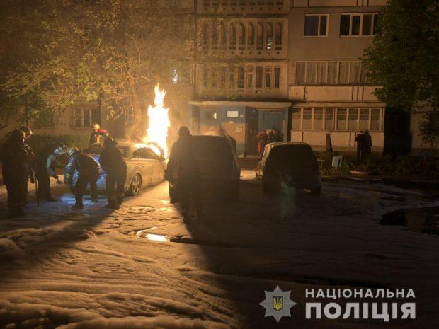 В Харькове во дворе многоэтажки сгорели три машины