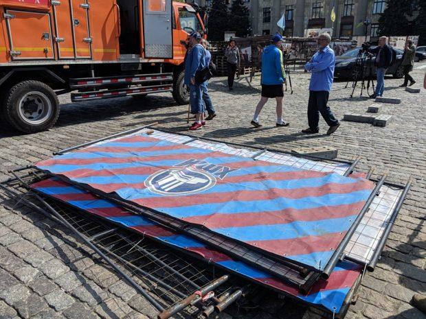 мунальщики установили забор возле палатки на площади Свободы, активисты его разобрали
