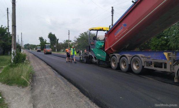 Дорожники продолжают ремонт автомобильных дорог в Печенегах и Балаклее