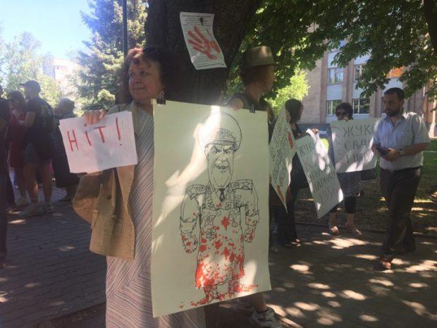 Возле памятника Жукову произошла потасовка