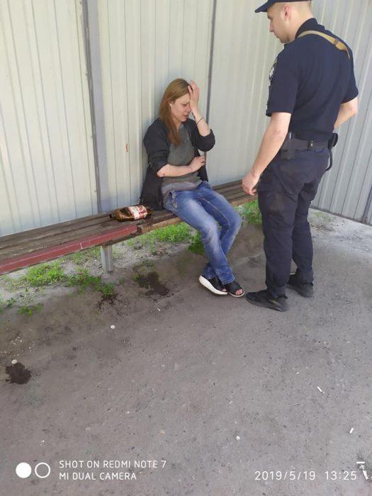 В Харькове женщина избивала на детских площадках детей