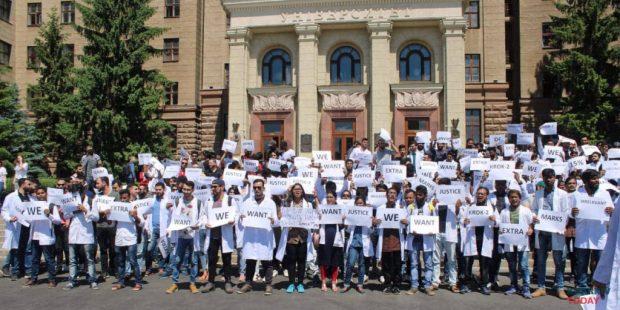 Иностранные студенты-медики вышли на митинг в центре Харькова