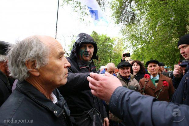 Лидера «Трудовой Харьковщины» облили зеленкой на первомайской акции