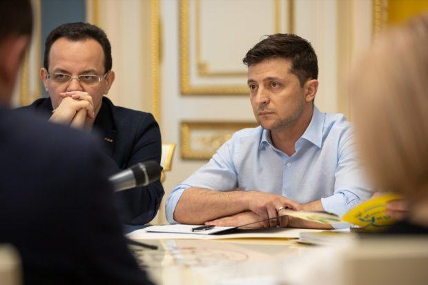 Зеленский просит Парубия срочно созвать депутатов