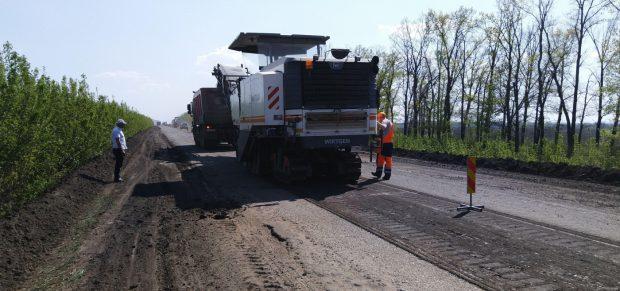Дорожники восстанавливали покрытие на путях в Волчанск, Печенеги и Балаклею