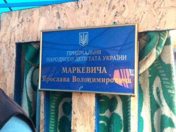 Волонтёрская палатка на площади Свободы стала приемной народного депутата