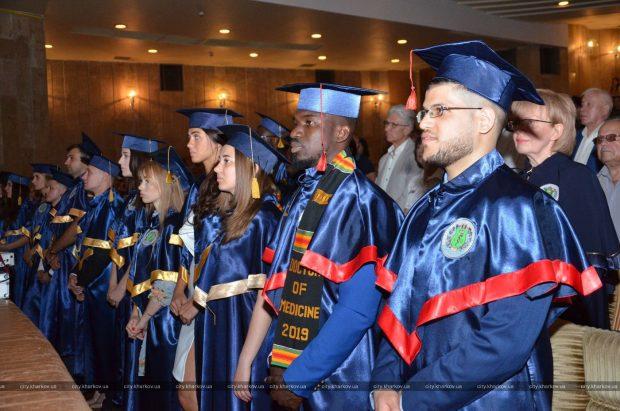 Выпускникам Харьковского медицинского университета вручили дипломы