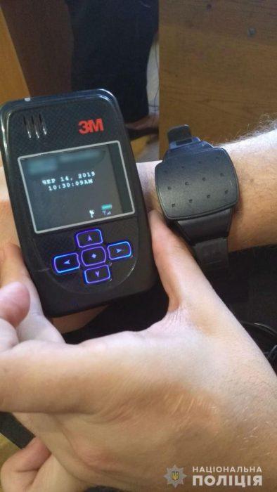 На подозреваемого в нападении на харьковского оператора надели электронный браслет