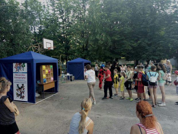 Стрельба в тире, клоуны и Олег Винник: активисты рассказали, как потенциальные кандидаты поздравляют жителей Харьковщины с праздниками