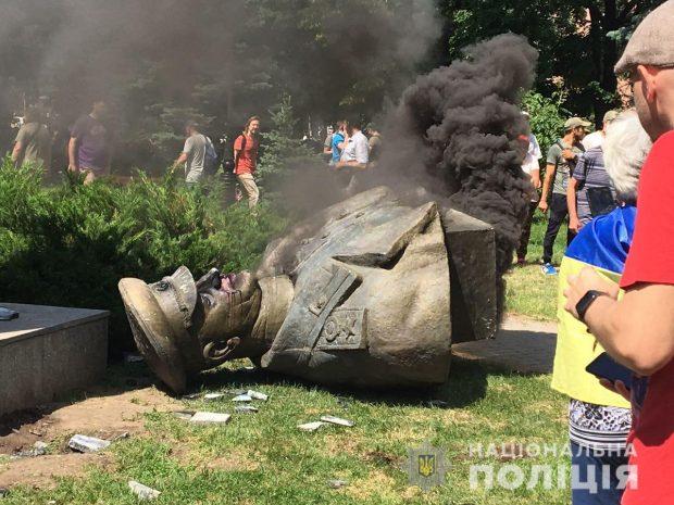 В Харькове полиция открыла производство против протестующих, которые повалили бюст Жукову