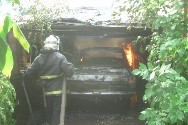 В Харькове в гараже сгорел автомобиль