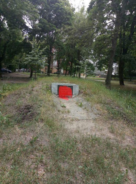 В Харькове вандалы повредили памятник УПА