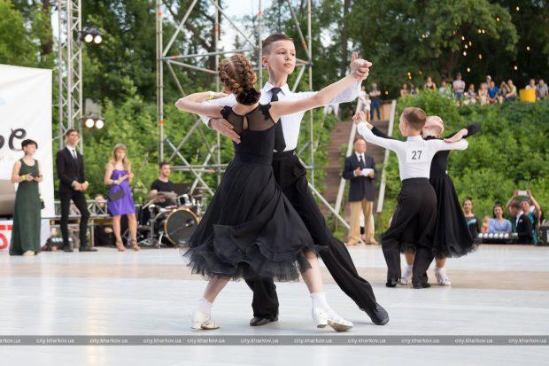 В Харьков прошел юбилейный «Харьковский вальс»