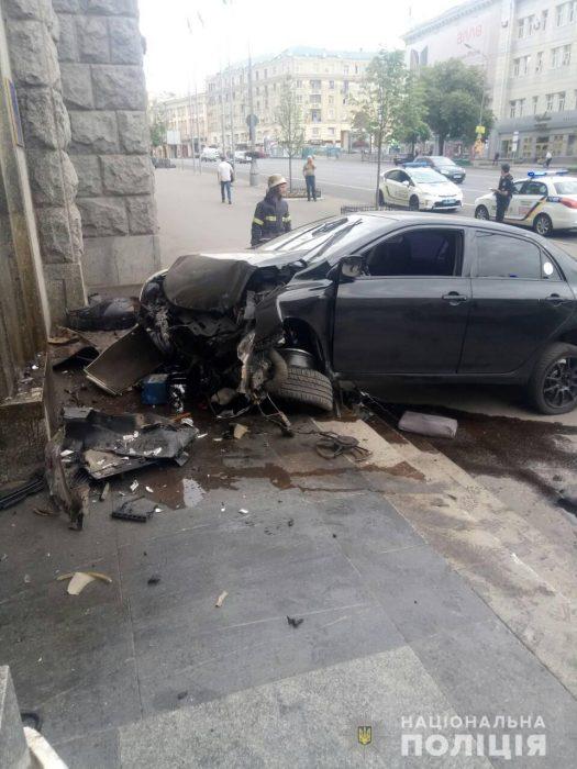 В Харькове водитель автомобиля въехал в здание мэрии