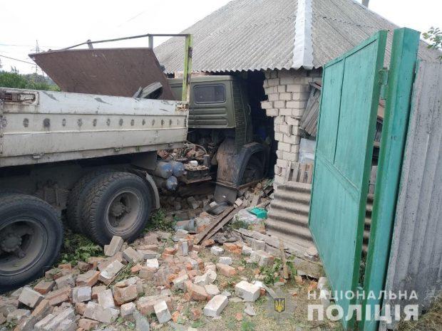 Водитель грузовика въехал в жилой дом на Харьковщине