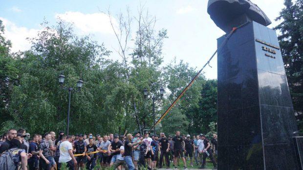 Кернес пообещал восстановить памятник Жукову за деньги народного депутата