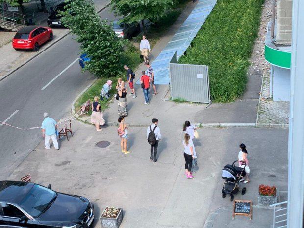 В Харькове на женщину с ребенком упал железный забор