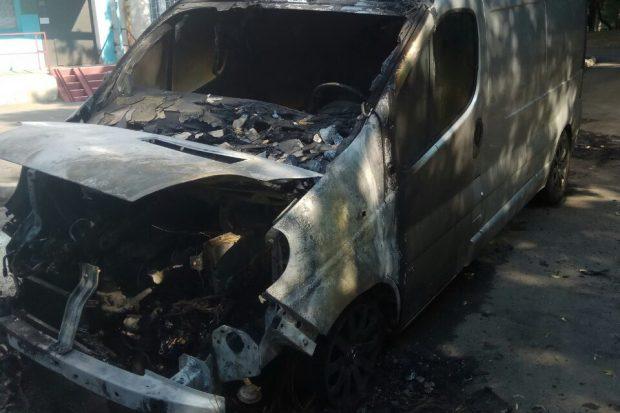 На Салтовке ночью сгорел микроавтобус
