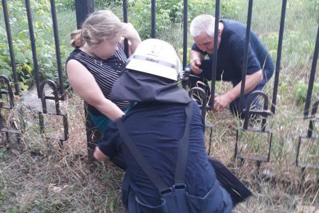В Харькове спасатели помогли девушке выбраться из металлической ловушки