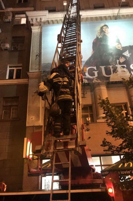 В центре Харькова две несовершеннолетние девушки не могли спустится с крыши ТЦ