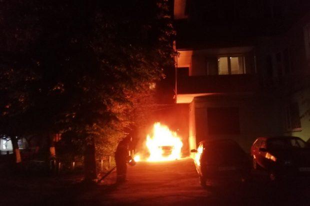 В Харькове пламя от горящего автомобиля повредило балкон дома