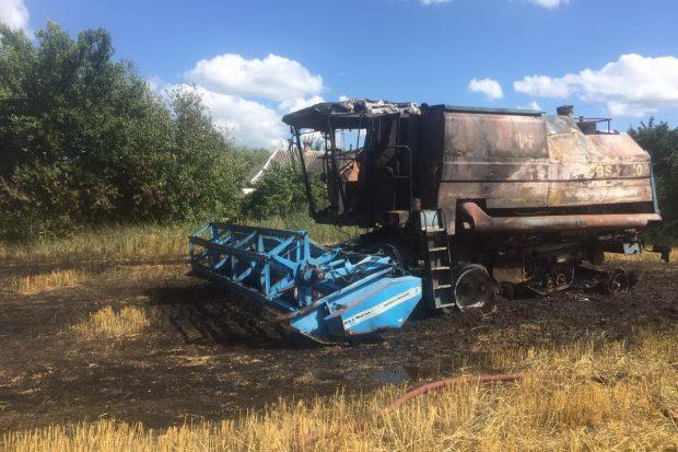 В Харьковской области на поле сгорел комбайн