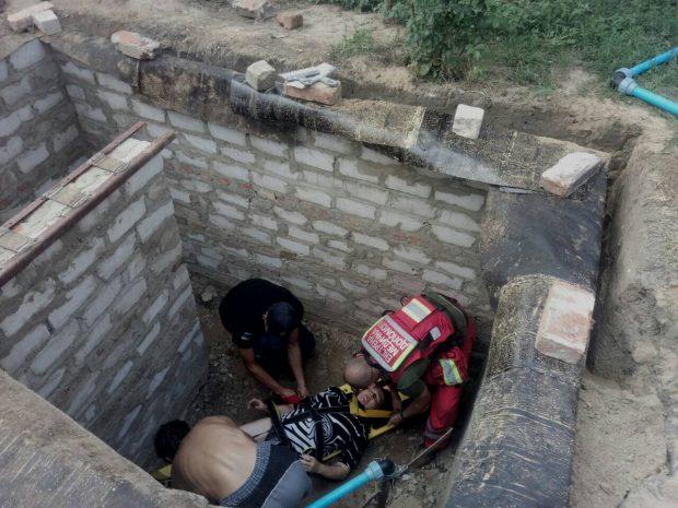 Под Харьковом спасатели достали из кирпичной ямы женщину