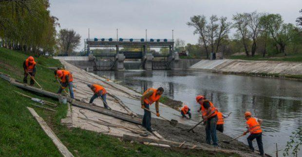 В Харькове чистят русла рек Лопань и Харьков